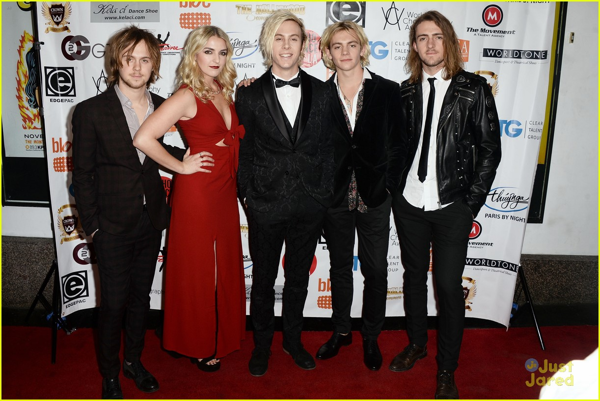 r5 supports riker lynch host world choreography awards 03