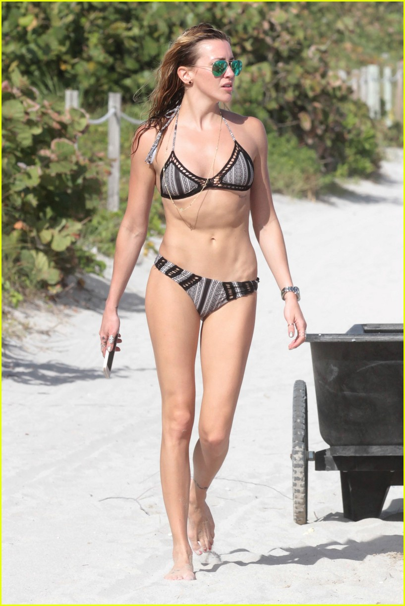 arrow s katie cassidy enjoys another sunny day in miami photo 909196