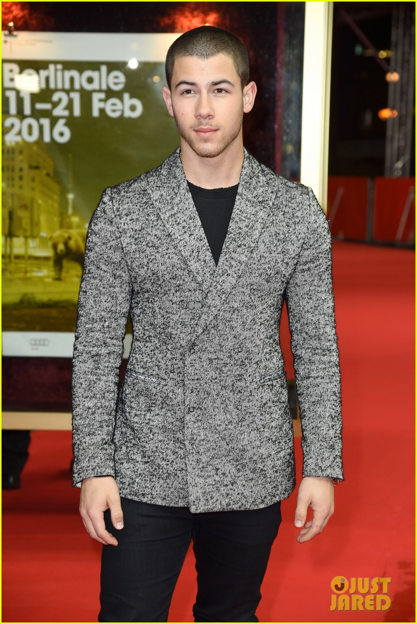 nick jonas thanks his bros for helping him 06