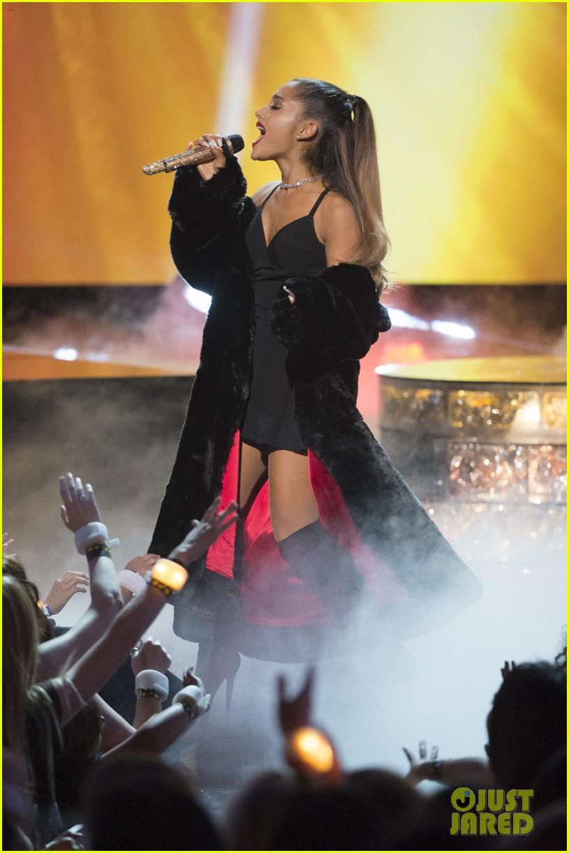 Disney Channel Tapete Vermelho : Radio Disney Music Awards Ariana Grande 2016