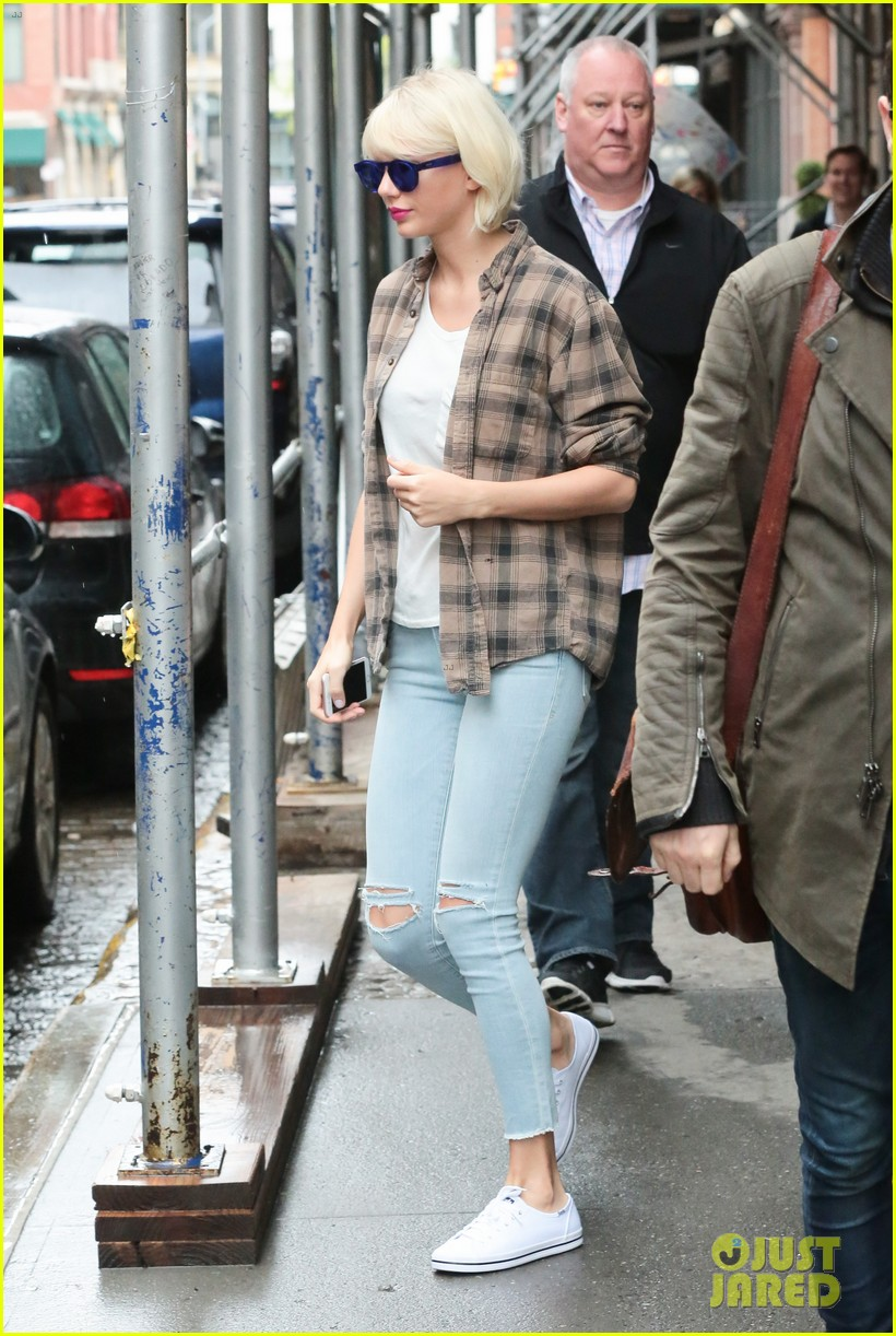 taylor swift blonde hair nyc rainy 08