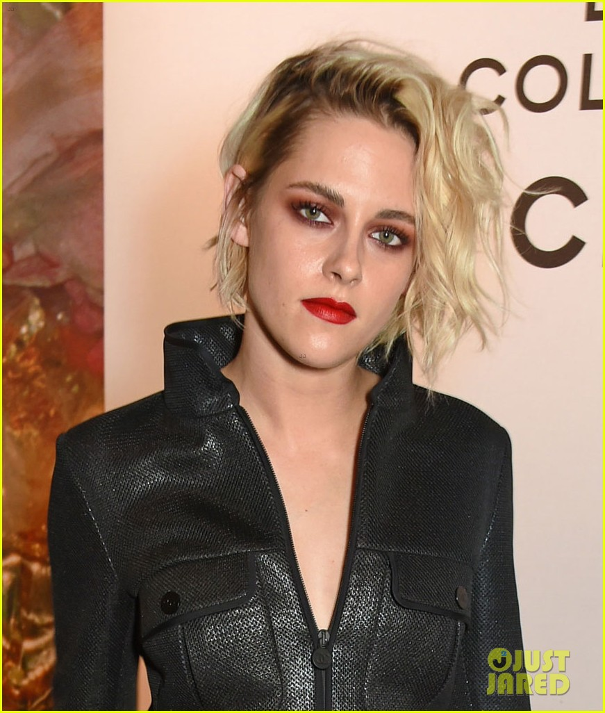 kristen stewart sports bold red lip with her black outfit photo 987666 photo gallery just. Black Bedroom Furniture Sets. Home Design Ideas