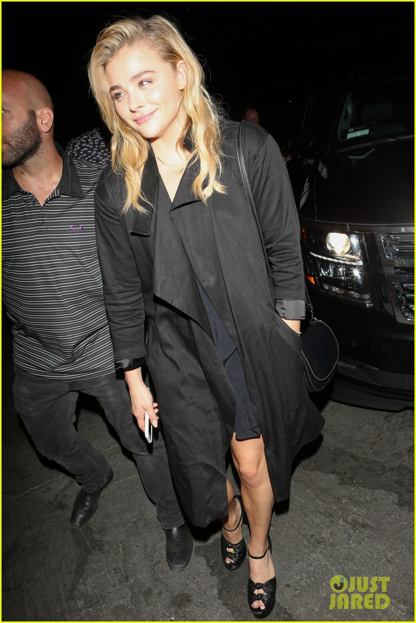 chloe moretz suki waterhouse coldplay concert 14