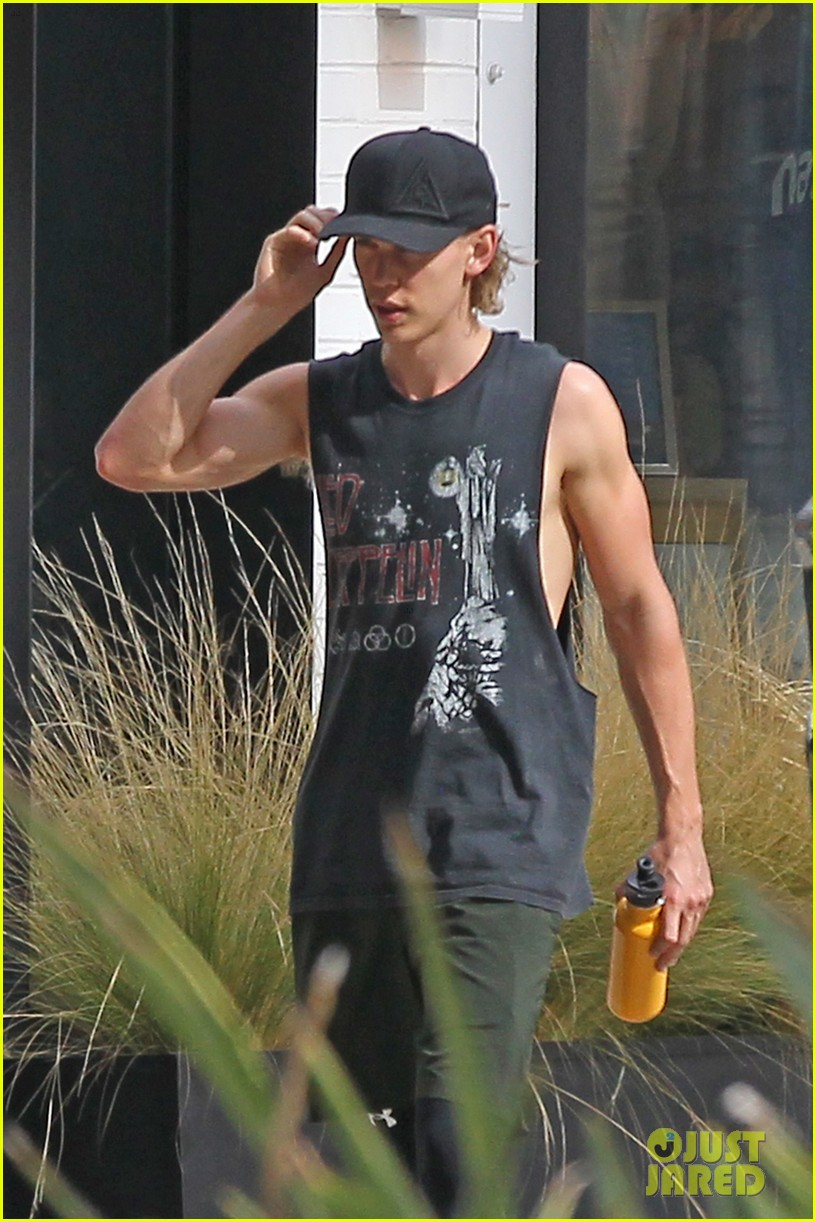 austin butler shows off his muscles while leaving the gym 01