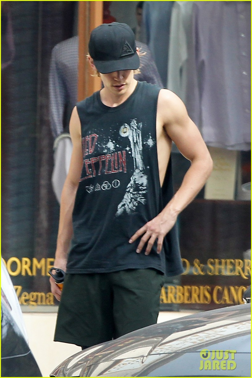 austin butler shows off his muscles while leaving the gym 03