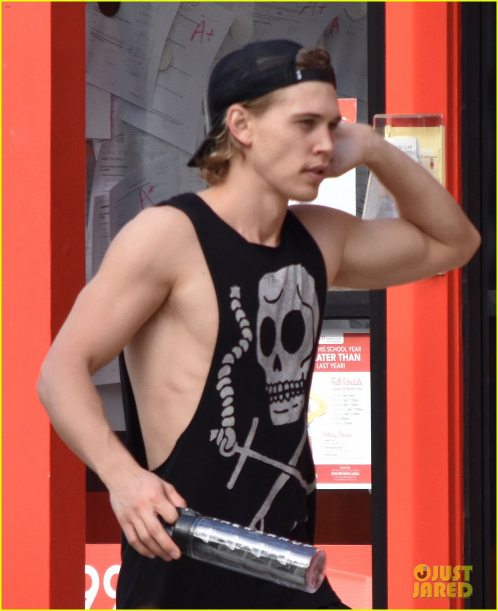 austin butler flexes his muscles outside the gym 02