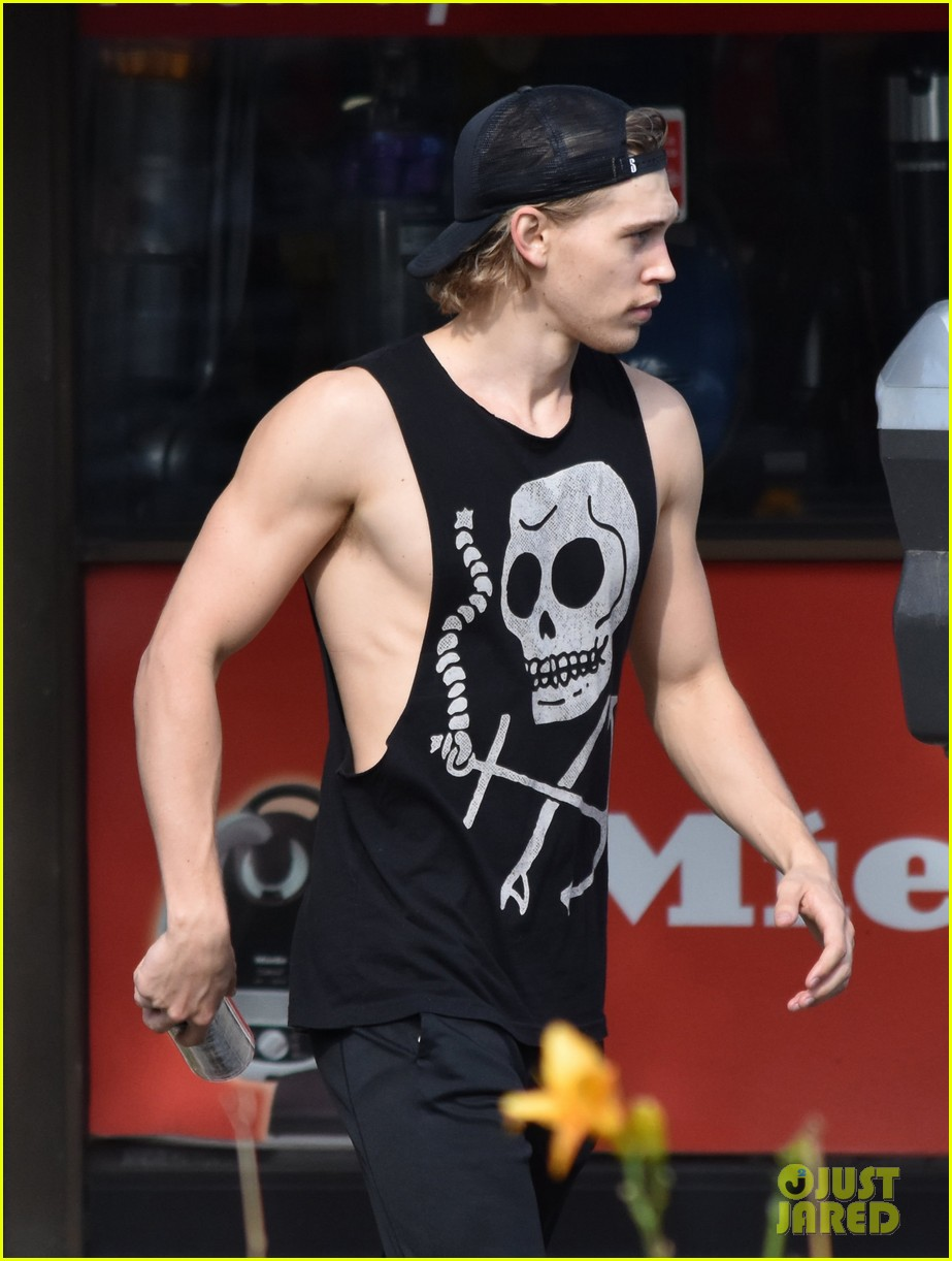 austin butler flexes his muscles outside the gym 04