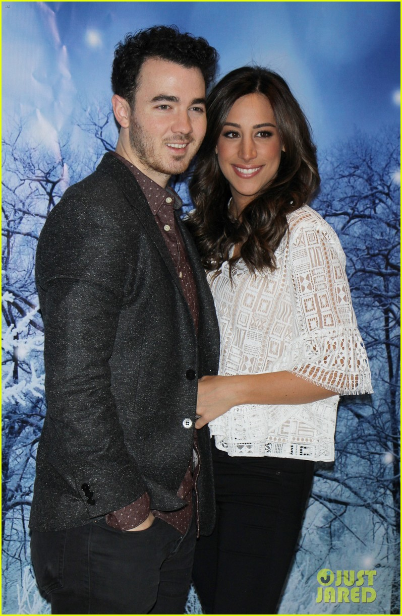 How long have danielle and kevin jonas been dating