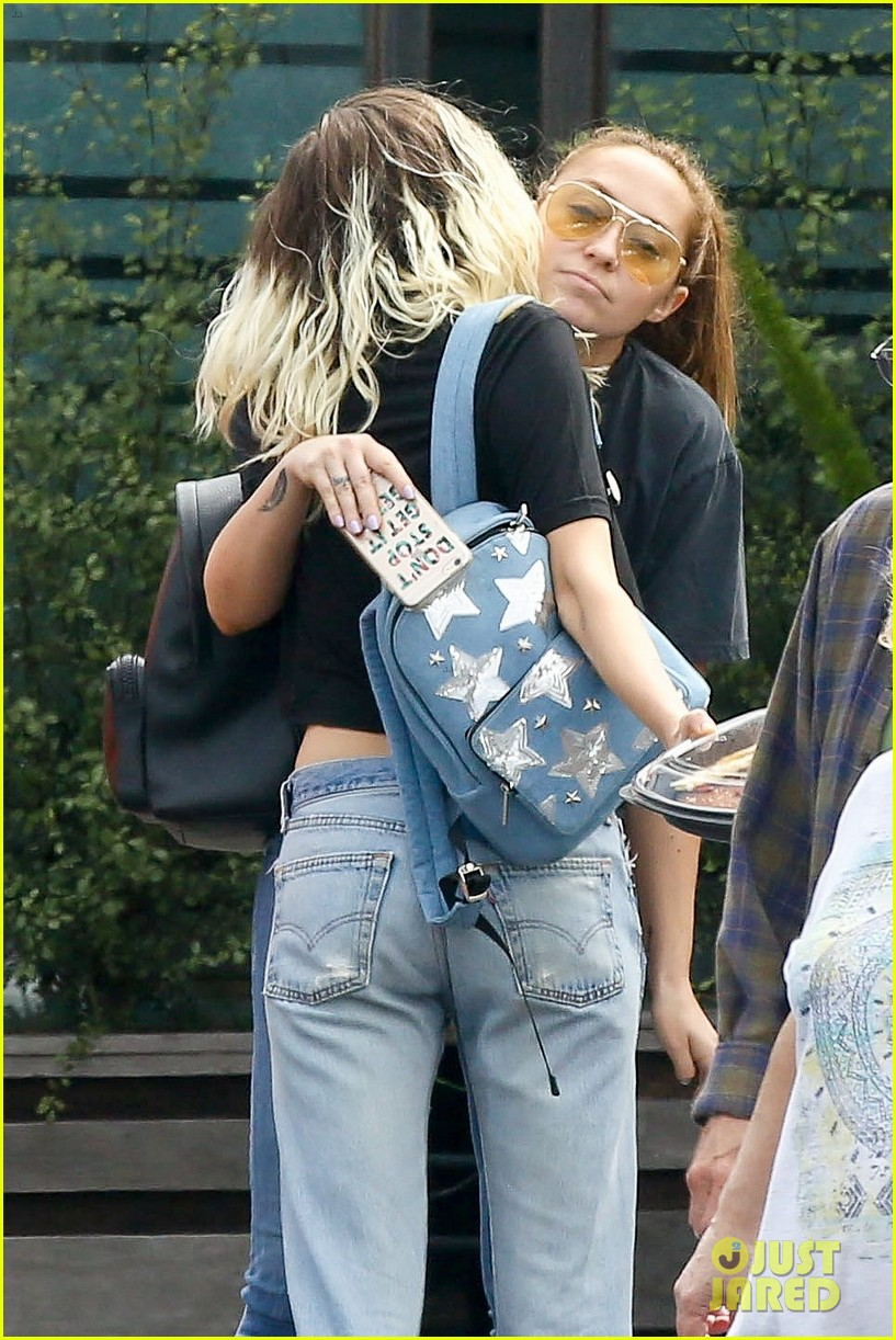 miley cyrus grabs lunch with mom tish and sis brandy after wedding rumors 04