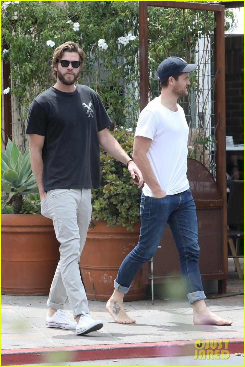liam hemsworth grabs lunch with a pal in malibu05