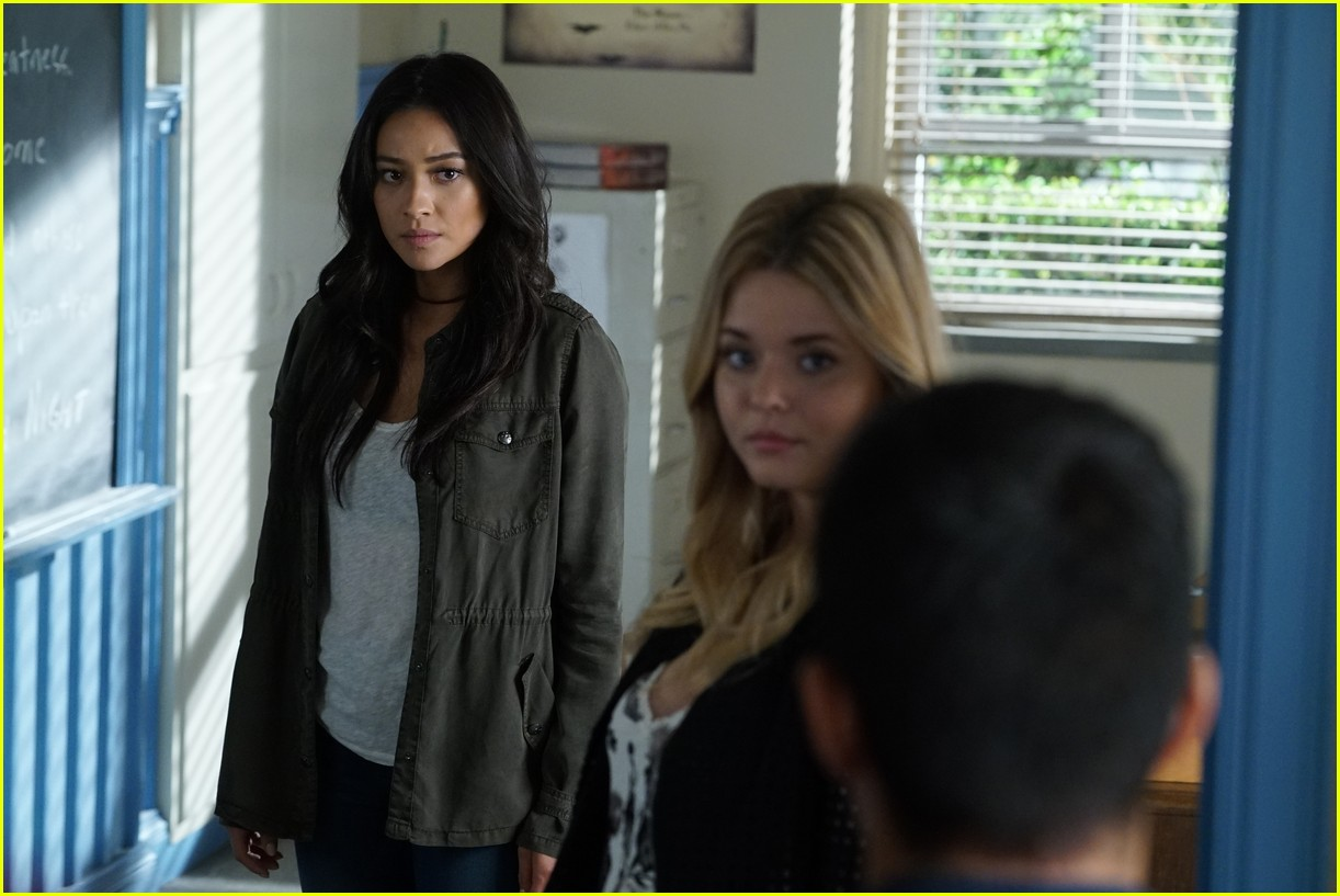 emily ali baby father pll 02