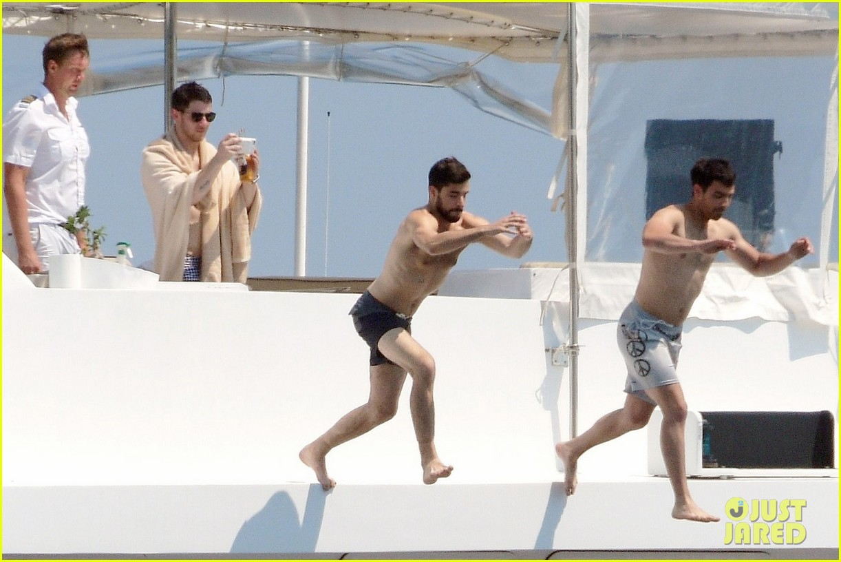 joe and nick jonas casually flaunt their shirtless bods 02