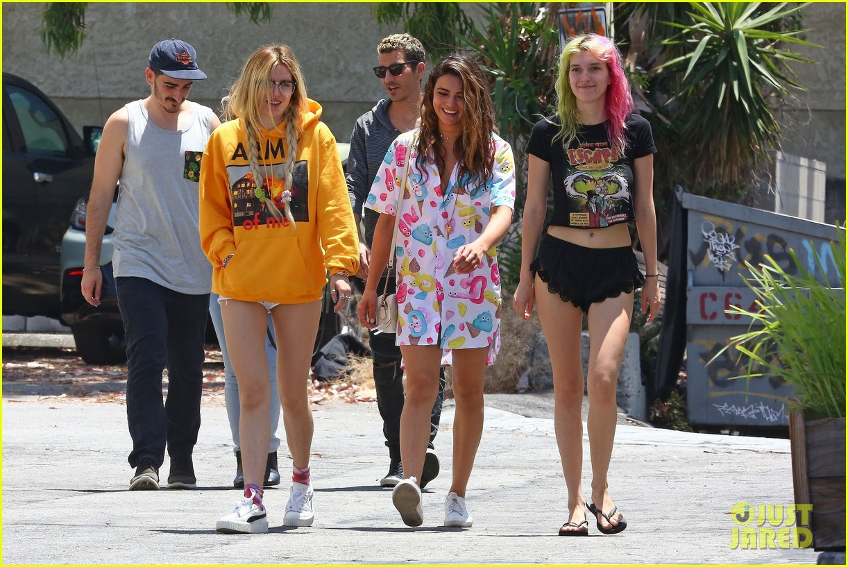 bella thorne grabs lunch with friends in la05