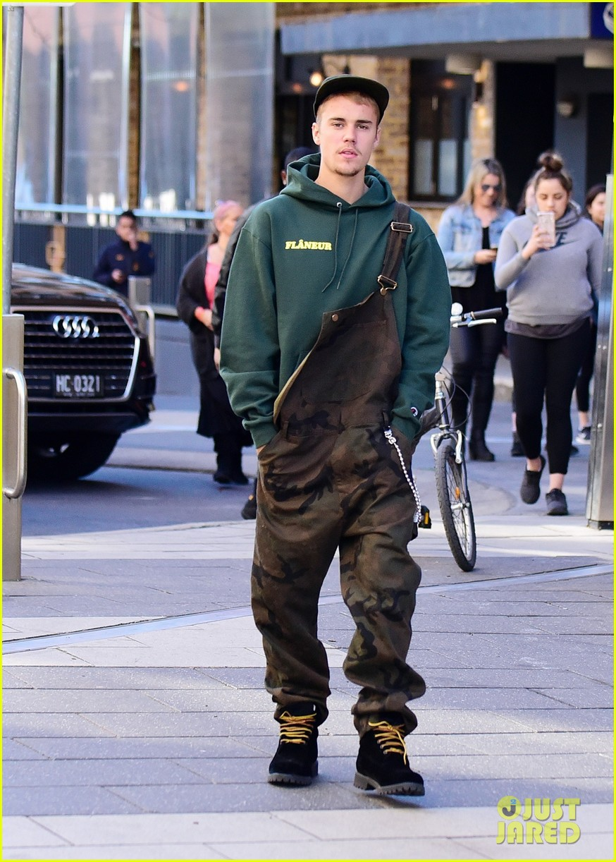 justin bieber wears overalls for lunch in sydney 03