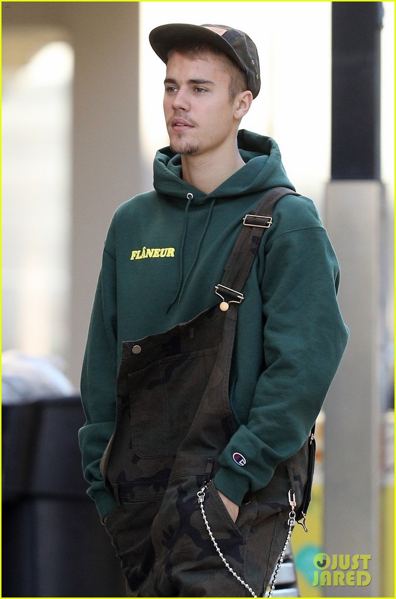 justin bieber wears overalls for lunch in sydney 04
