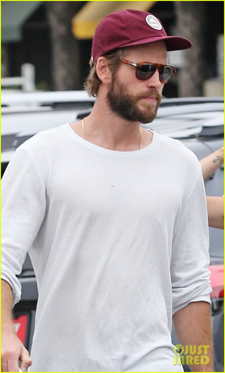 miley cyrus liam hemsworth step out for ice cream date 04
