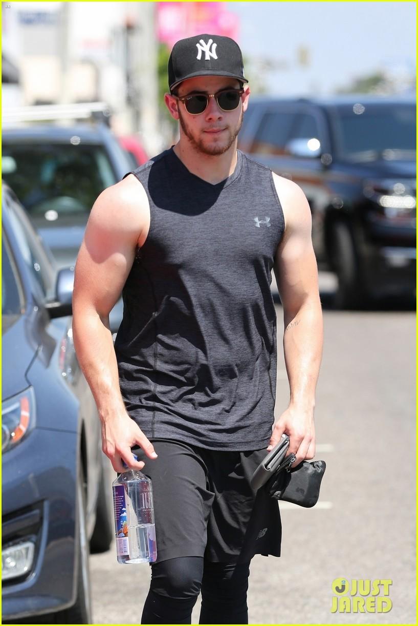 nick jonas bares buff biceps farmers tan after a workout 04