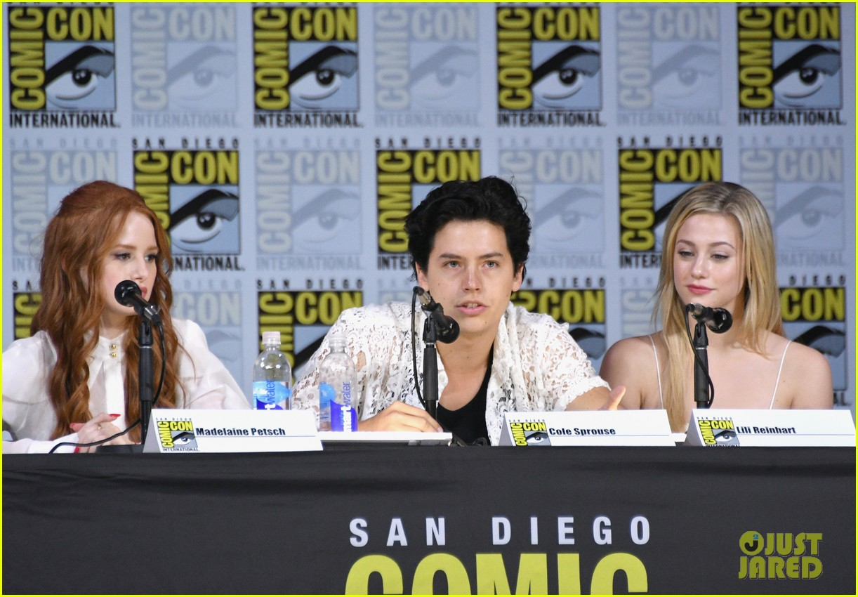 riverdale cast preview season 2 at comic con 04