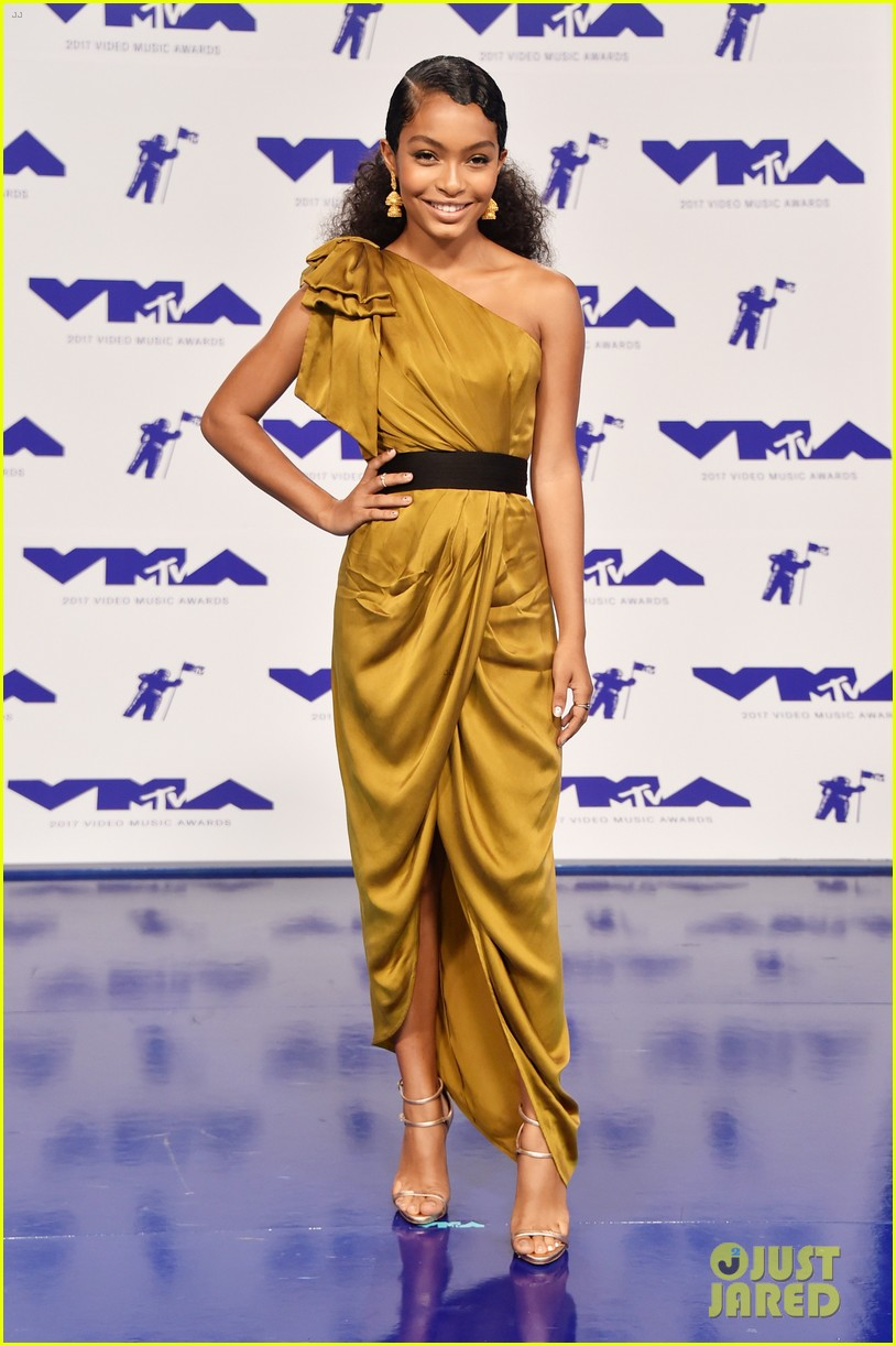millie bobby brown yara shahidi shine on the 2017 mtv vmas red carpet 03