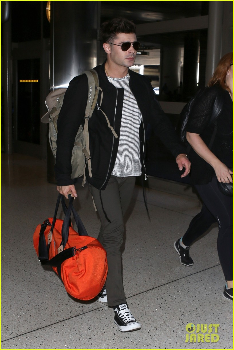 zac efron catches a flight out of los angeles 01