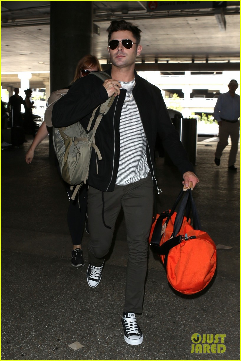 zac efron catches a flight out of los angeles 05