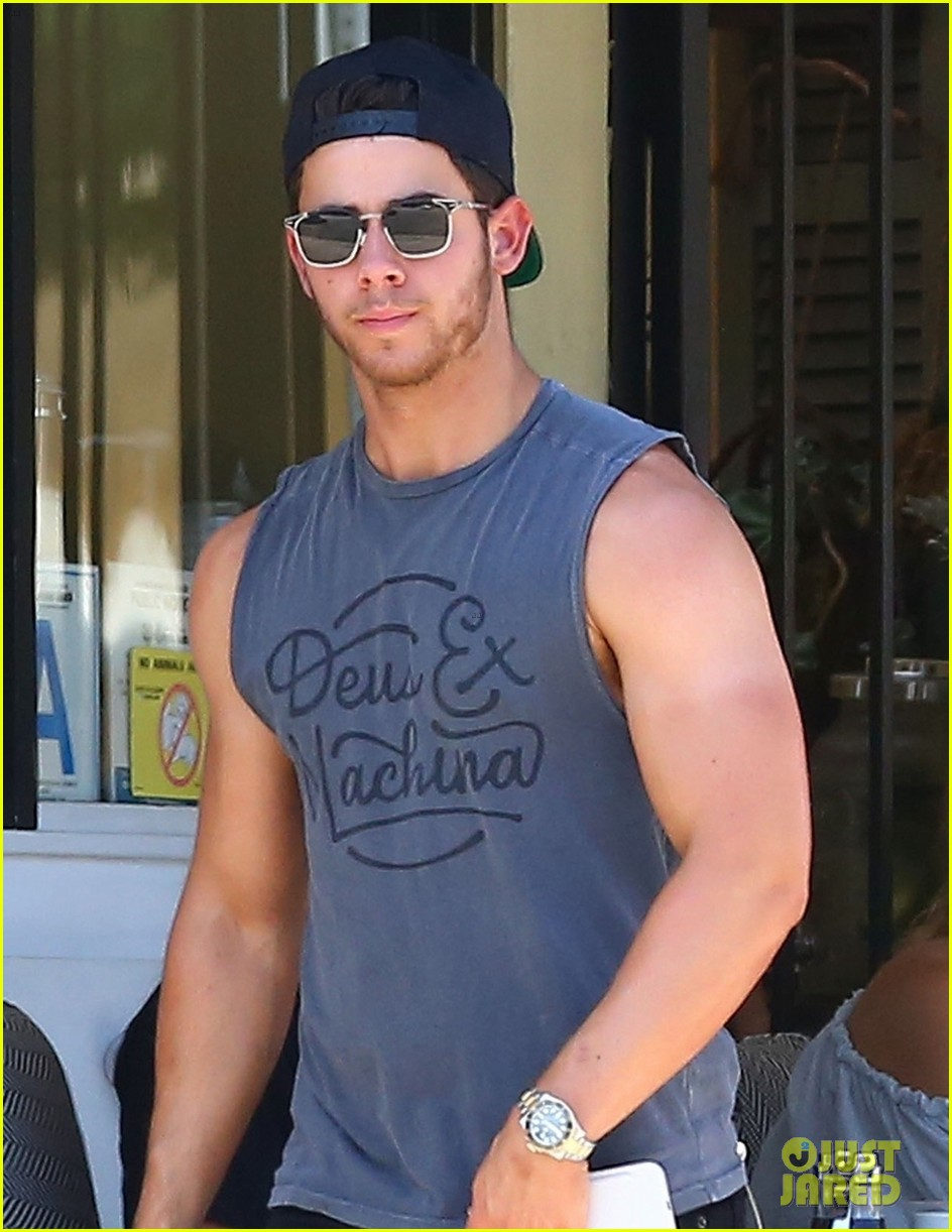 nick jonas shows off his massive biceps at breakfast 02
