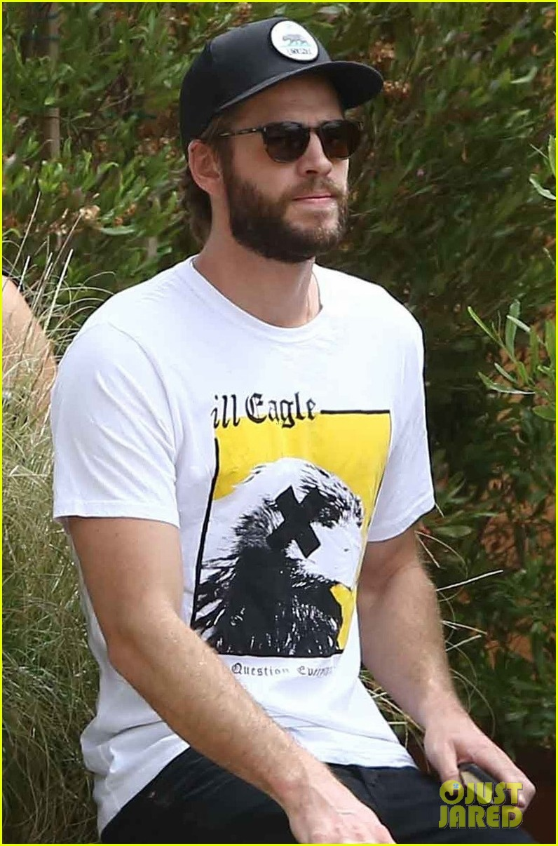 liam hemsworth grabs lunch in malibu 01