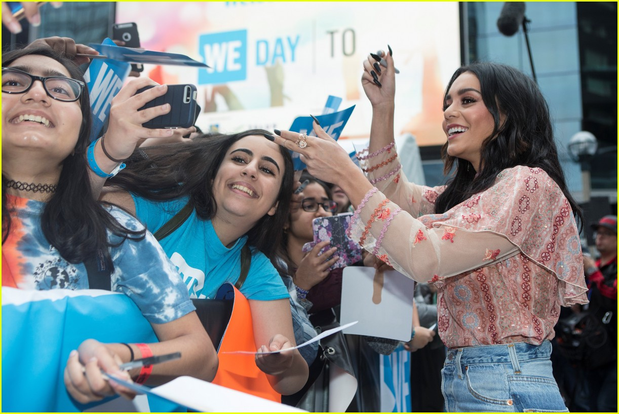 kelly clarkson and vanessa hudgens inspire youth at we day 03
