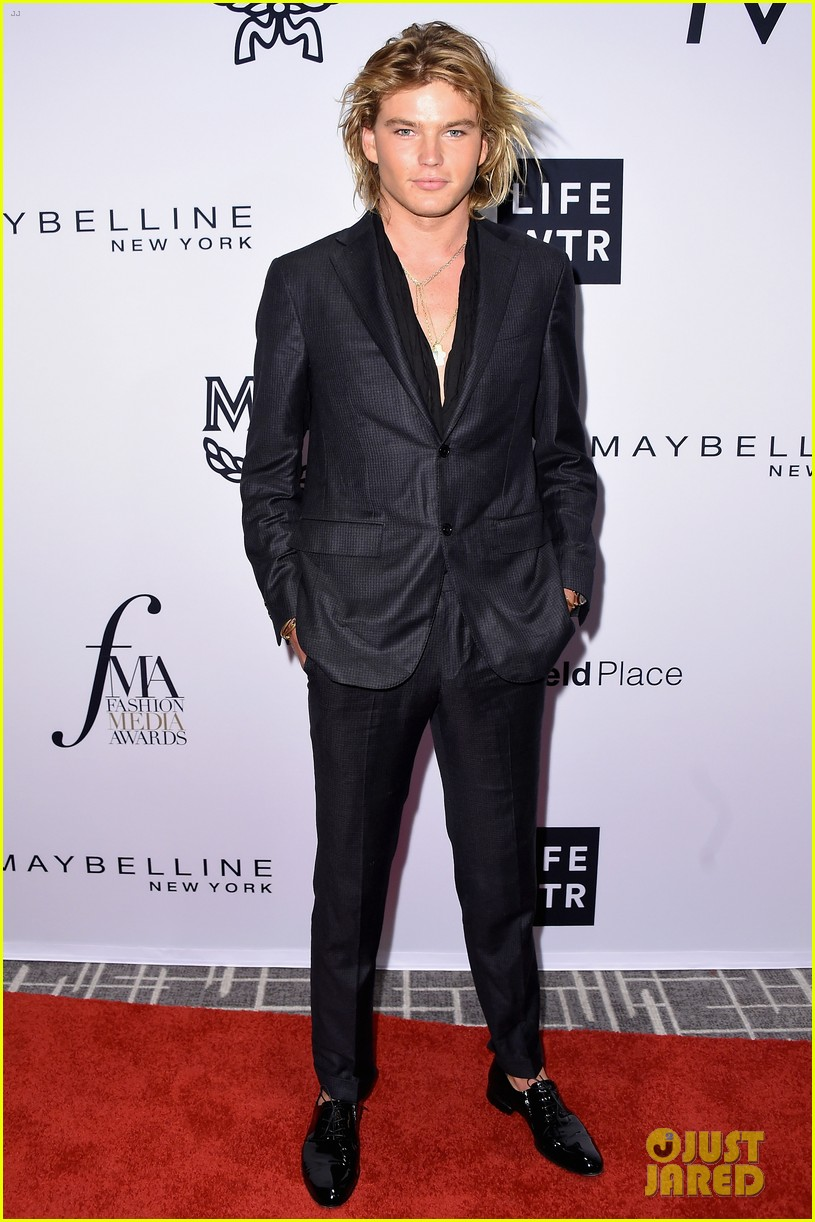 kaia and presley gerber team up for daily front rows fashion media awards 05