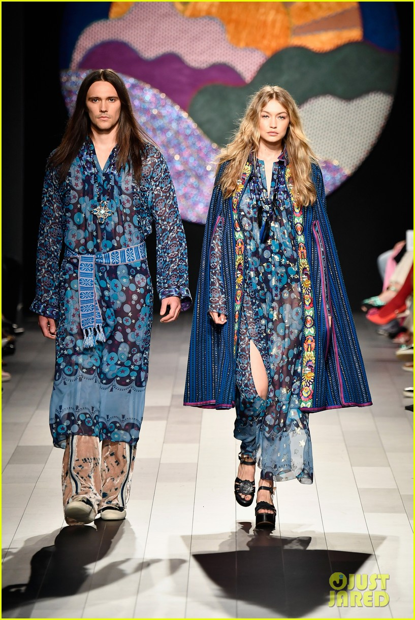gigi hadid loses high heel mid runway during anna sui show 02