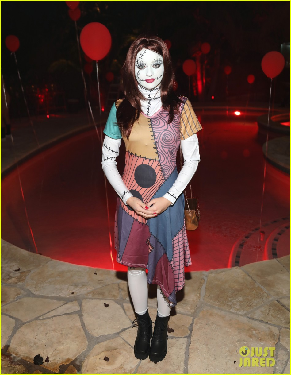 Joey King Jared Halloween Party 03 Demi Lovato Costume