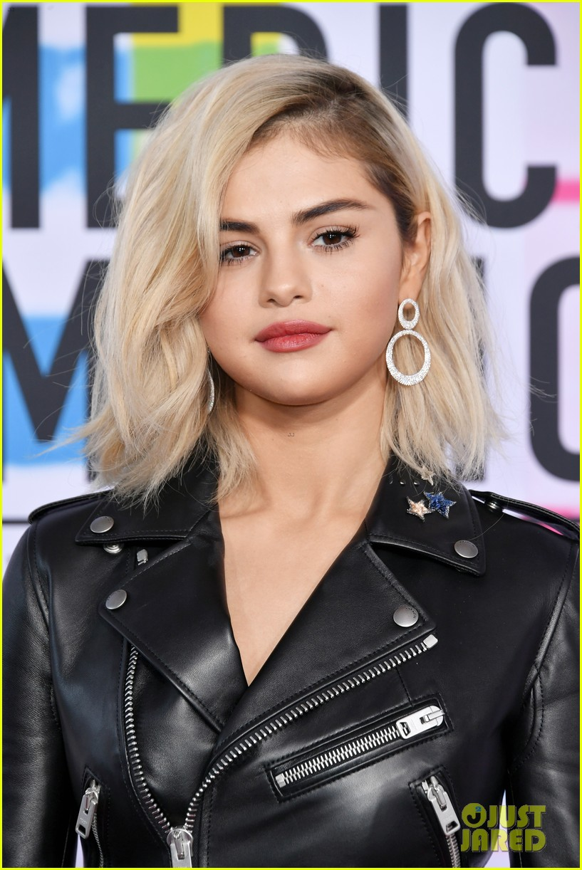 Selena Gomez Goes Blonde For Amas 2017 Red Carpet Photo