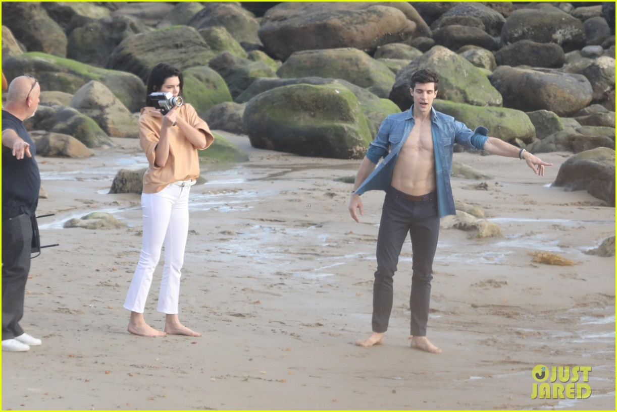 kendall jenner joins hot shirtless guy for beach photo shoot 11
