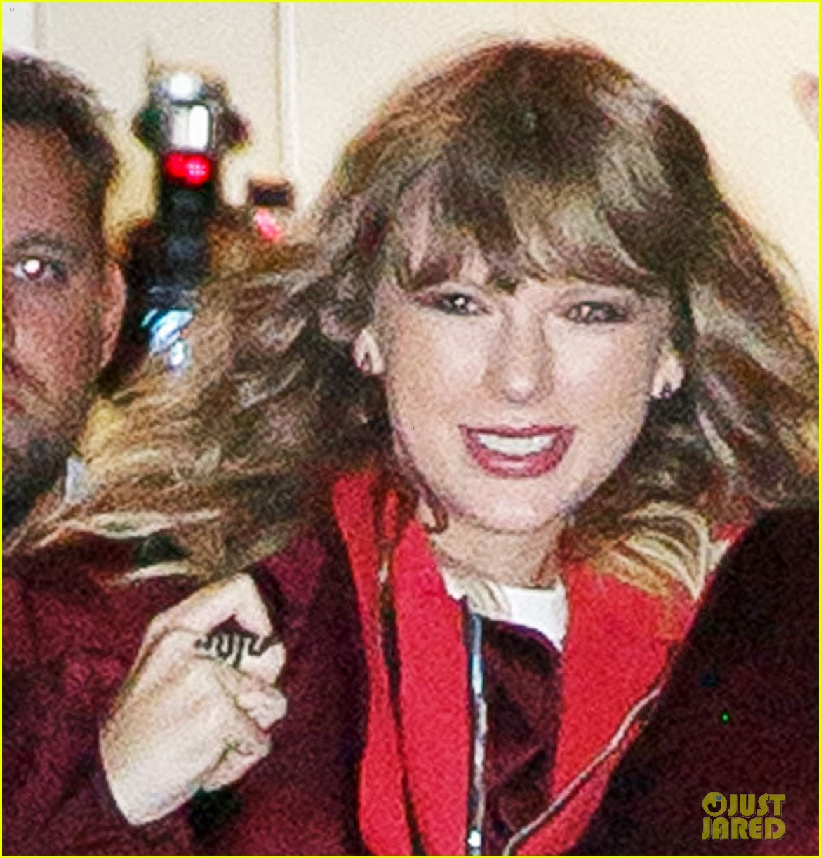 taylor swift celebrates reputation release with fans at nyc pop up shop 11