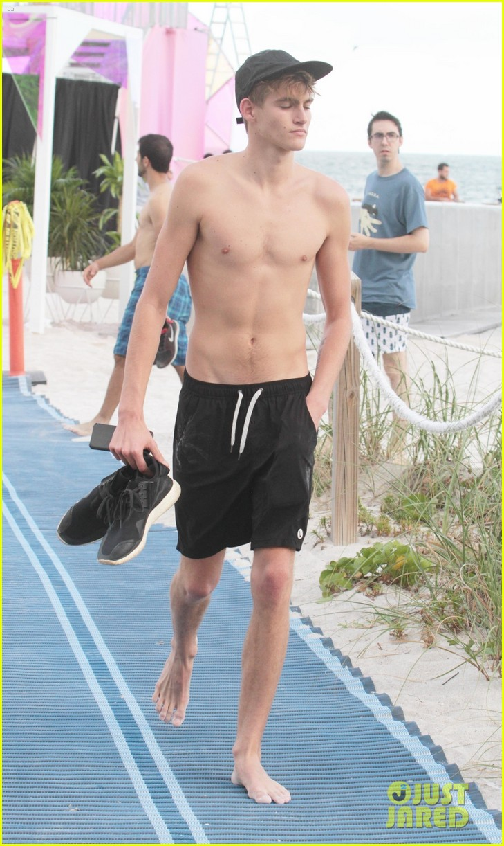 Aaron Chalmers further Bgus together with Kate Gosselin Abstastic Run furthermore Presley Gerber Flaunts His Abs While Going Shirtless At The Beach as well Presley Gerber Flaunts His Abs While Going Shirtless At The Beach. on justin bieber showing his abs