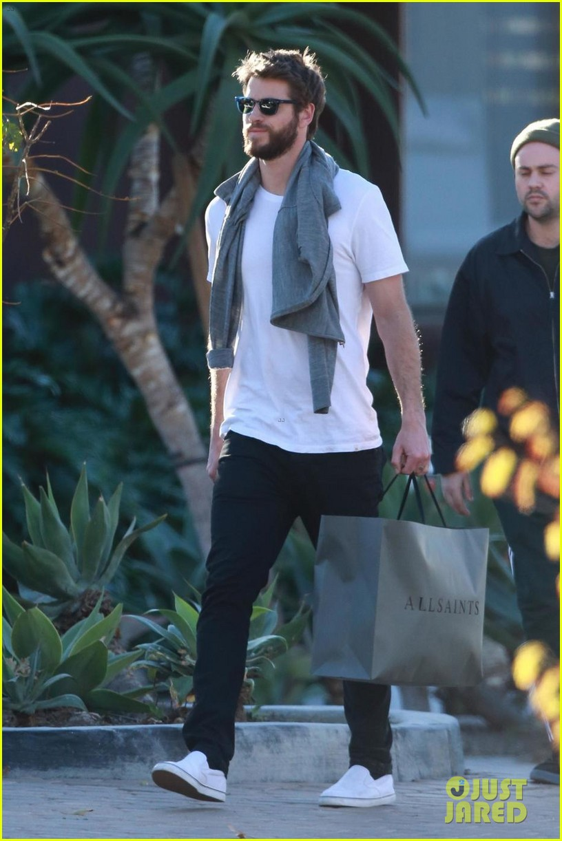 liam hemsworth gets his christmass shopping done 01