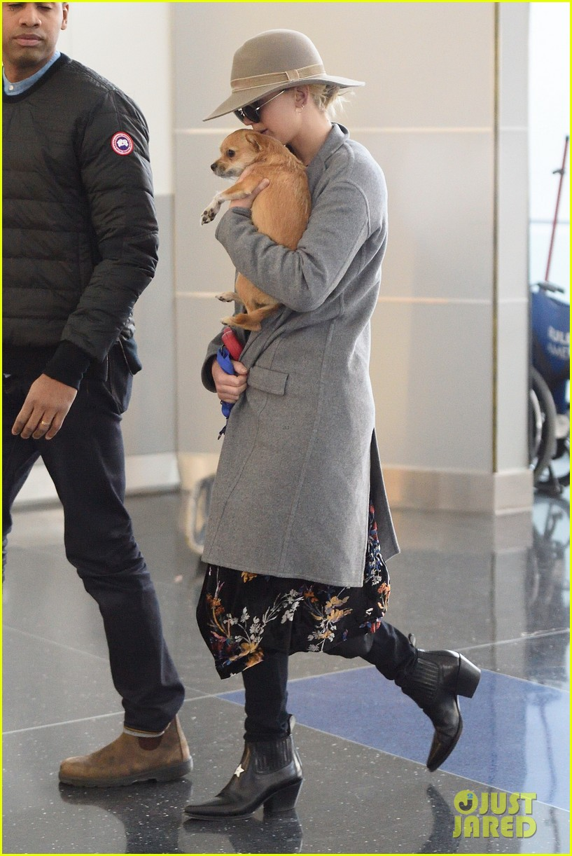 jennifer lawrence and her pup pippi catch a flight at jfk 01