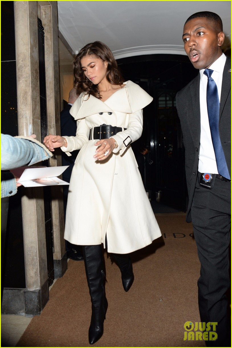 zendaya shows off her chic black and white evening ensemble 01