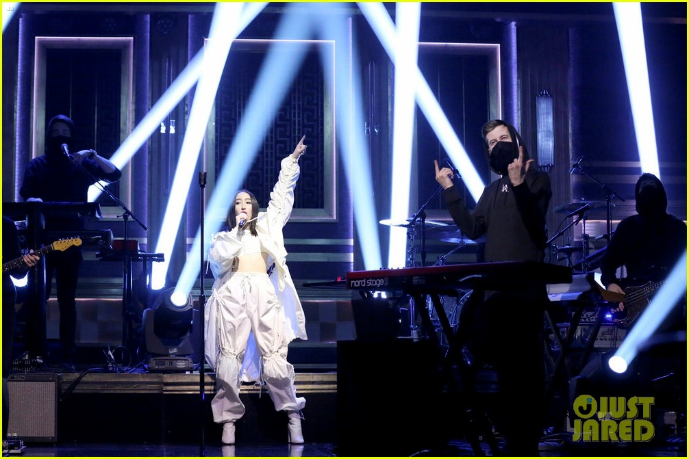 noah cyrus performs all falls down on tonight show with alan walker 01