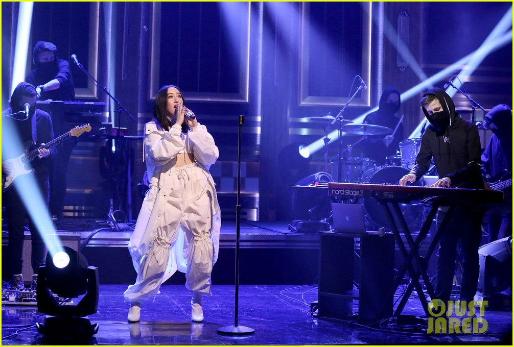 noah cyrus performs all falls down on tonight show with alan walker 03